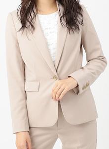 ローズグレーのスーツ