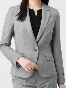 ライトグレーのスーツ