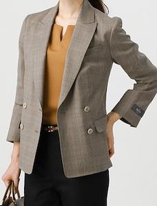 グレーのチェック柄のスーツ